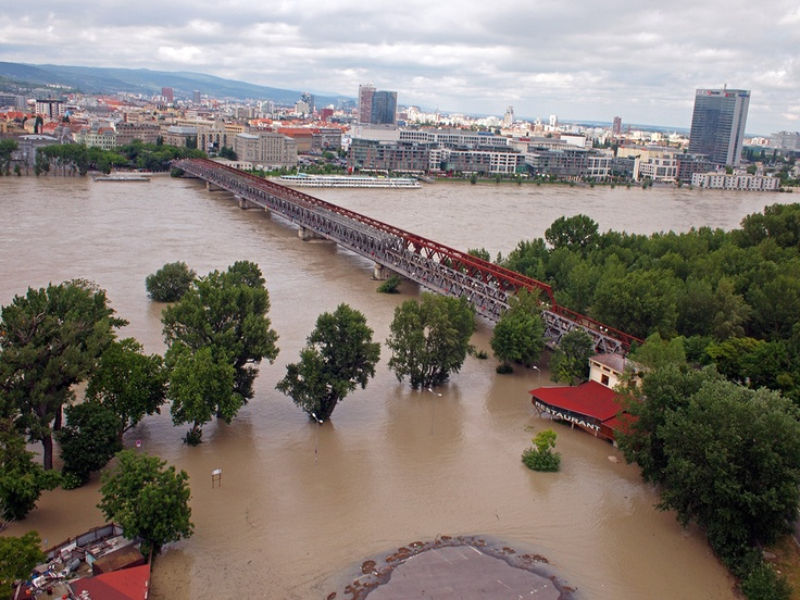 SME.sk | Pozrite si letecké zábery rozvodneného Dunaja v Bratislave (streda)