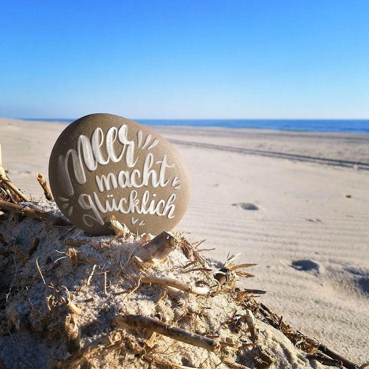 Handlettering auf einem Stein an der Nordsee.