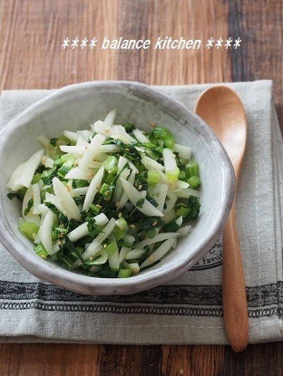 捨てないで!かぶの皮と葉の炒めナムル by 河埜 玲子 / かぶの皮や葉を、捨てずに美味しく食べられるレシピです。葉は、緑黄色野菜に分類され、実よりも栄養価が高く、粘膜を健康に保ち、免疫を強化するβカロテンが豊富です。 / Nadia