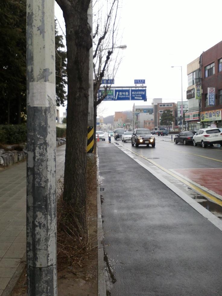 순천만 가는 버스 정류장에서... 뭔가 이상한... 비뚤어진 화살표 ㅎ