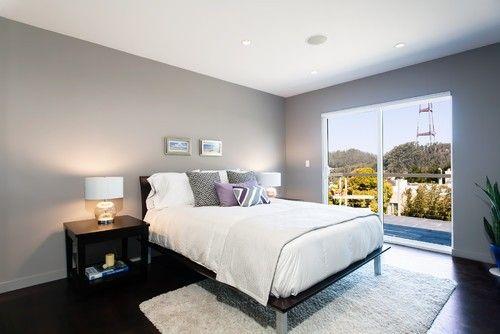 Silbrig graue Wände verschmelzen mit flache weiße Decke zu diesem Master-Schlafzimmer aussehen hell und luftig. Foto von Catherine Nguyen Photography