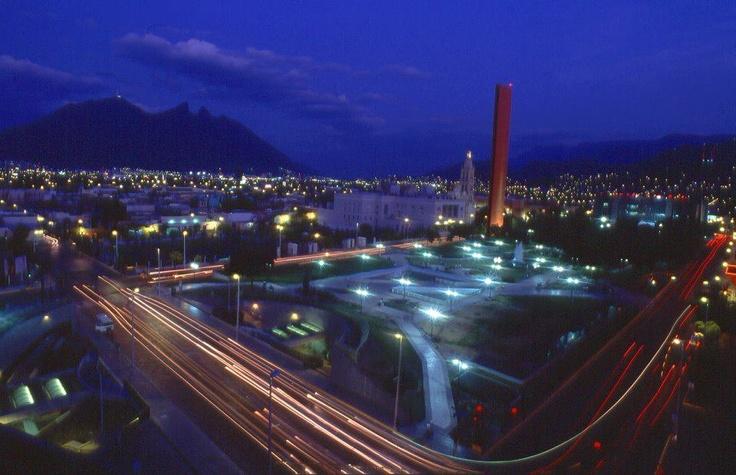 ¿Sabías que la Macroplaza que está en Monterrey es una de las plazas más grandes del mundo? ¡Y de noche se ve increíble!