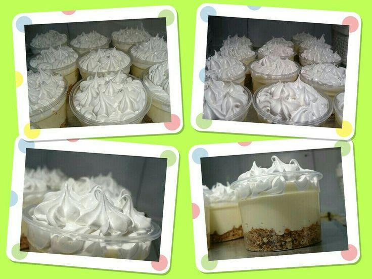 TORTA DE LIMÃO  Base com um toque de Caramelo, mousse de limão e cobertura de marshmallow