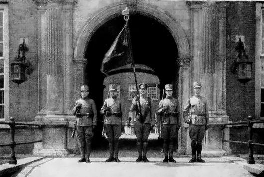 De vaandelwacht van de Hoofdcursus, één jaar voor de opheffing, voor de Henricuspoort van het Kasteel van Breda. Van 1869 tot 1928 stelde de Hoofdcursus aan de KMA onderofficieren in de gelegenheid om officier te worden, waarmee de cursus een voorloper was van de omscholing onderofficier tot officier (OOTO).