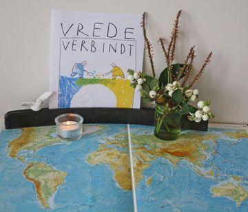Kijktafel rond het thema van de vredesweek 2015.Kijk voor de beschrijving op: http://www.geloventhuis.nl/2015/wereld-van-ons-allemaal/kijktafels/kijk-hoe-de-wereld-van-ons-allemaal-is.html