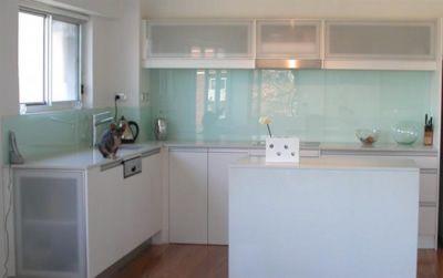 Best 25 kitchen glass splashbacks ideas on pinterest for Kitchen worktops cape town