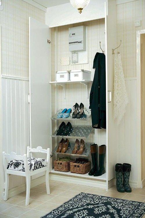 En garderob döljer proppskåpet och har plats för många skor. Kolla in tidningen Land som visar en praktisk lösning för en liten hall. De flesta av oss har små hallar och all förvaring är välkommen -…