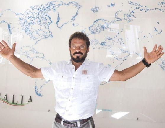 Il navigatore sardo Gaetano Mura ha presentato a Roma il suo giro del mondo a vela in solitario, senza scalo e assistenza