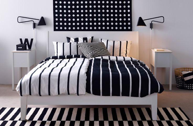 """""""Schlafzimmer mit IKEA Textilien und Bettwäsche mit grafischem Muster, u. a. flach gewebter STOCKHOLM Teppich gestreift in Schwarz/Elfenbeinweiß"""