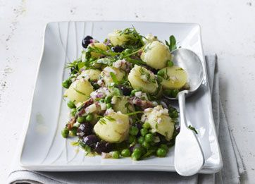 """Den dejlige """"grønne"""" kartoffelsalat i mild dressing passer fint til både lyst og mørkt kød og fisk. Oliven kan udelades, hvis du ikke er så meget for dem"""