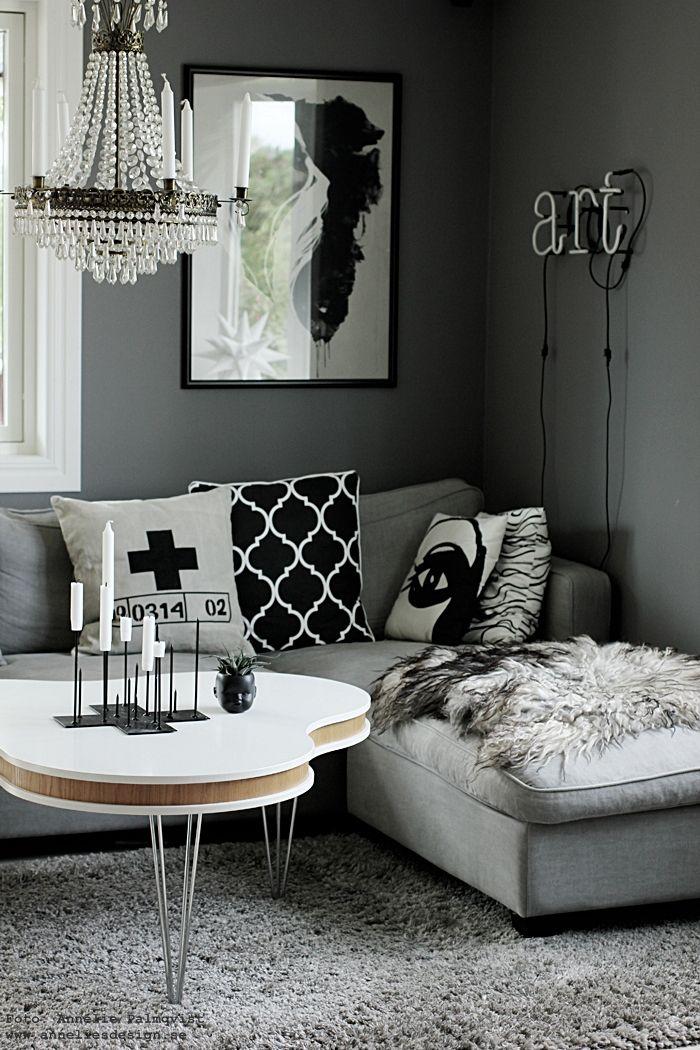 vardagsrum, vardagsrummet, ljusstake med piggar, candle cross, kors, ljusstakar, trycker på ljuset på pinnar, grått, grå, gråa, soffa, soffor, tygsoffa, valv, vitt golv, parkett, soffbord, fårskinn, kuddar, kudde, svartvit inredning, svart och vitt, svartvita, ansikte kruka, neon, annelies design, webbutik, webbutiker, webshop, nettbutikk, nettbutikker, nätbutik, online,