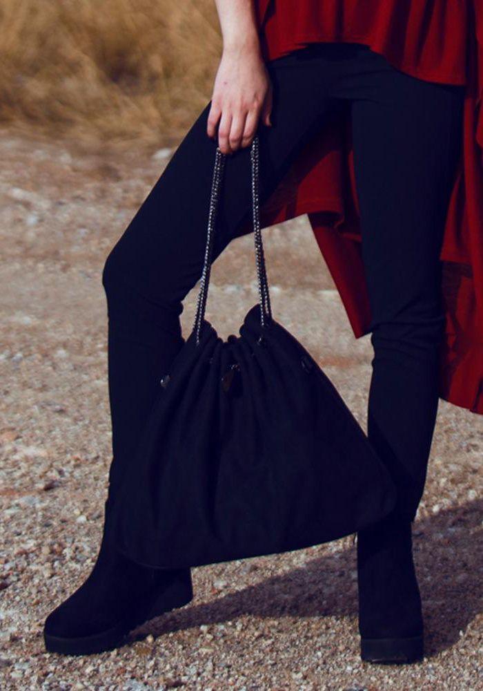 Τσάντα σουέτ πουγί μεγάλη με αλυσίδες. Η τσάντα μπορεί να κρατηθεί από τις αλυσίδες η από το μεγάλο λουράκι της και να γίνει ώμου. Εσωτερικά έχει μεγάλο αποθηκευτικό χώρο με δύο θήκες με φερμουά και κλείνει με τρουκ. Μία πρακτική και στυλάτη τσάντα για όλες τις ώρες.  Διαστάσεις Υ. 34cm – Μ. 44cm