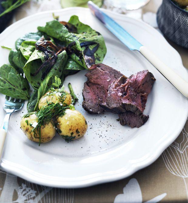 Byd dine nytårsgæster på lækkert og saftigt oksekød med syltede skalotteløg og kartofler med urter til.