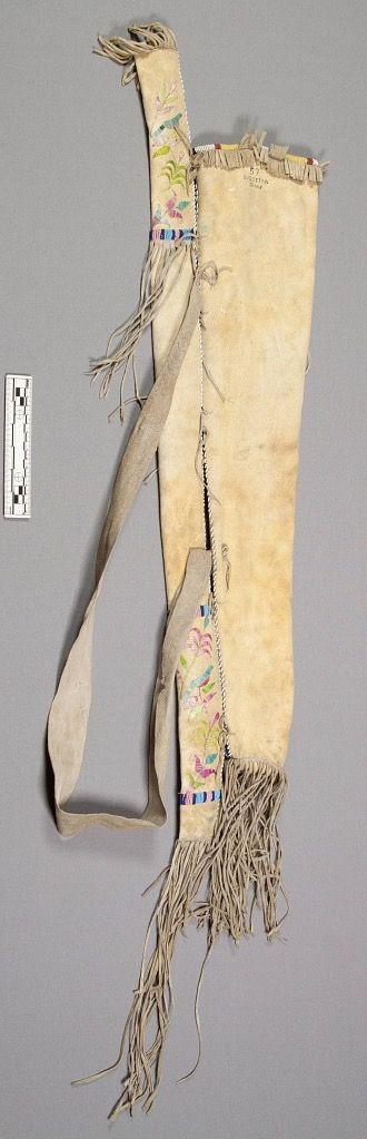 Колчан, Сиссетон. Б. Вышивка иглами, бисером. Дизайн вышивки иглами включает цветочные мотивы, изображения птиц, оленя, американский флаг с одной звездой. Две птицы напоминают геральдического орла с щитом на груди, который использовался на ранних медалях мира США, монетах и т.п. Коллекция Maj. James M. Bell. Форт Тоттен, Северная Дакота. NMNH.