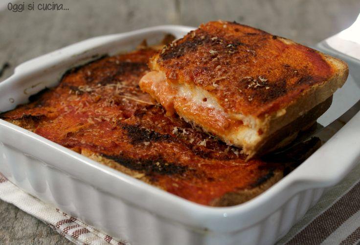 La torta di pane alla pizzaiola si prepara con fette di pane leggermente raffermo o con pancarrè, condito con mozzarella e salsa di pomodoro, ricetta facile