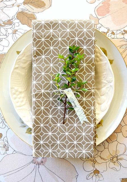 decoração de mesa de casamento com folhas verdes
