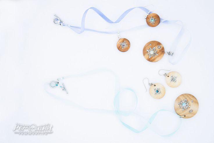 """""""Снегопад"""" из древесины калины и орешника. Кулоны дополнены меланжевыми шёлковыми лентами, переходы цвета которых напоминают переливы перламутра. #реммани #remmani #инкрустация #по #дереву #всечка #inlay #wood #pearl #перламутр #Christmas #Рождество #новый #год #newyear #снежинка #snowflake #снегопад #winter #зима #snowfall #кулон #pendant #круглые #round #фундук #лещина #орешник #jewelry #серьги #earrings #русский #стиль #узор #russian #style filbert #nutwood"""