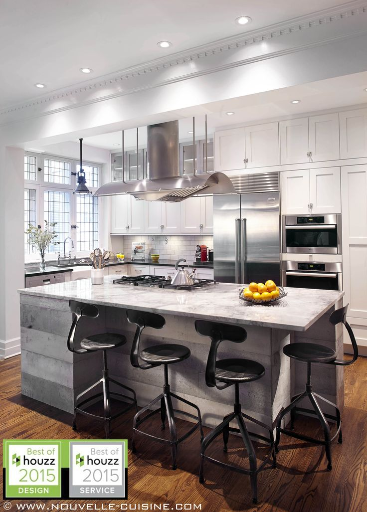 Shaker style kitchen with lacquered cabinets and