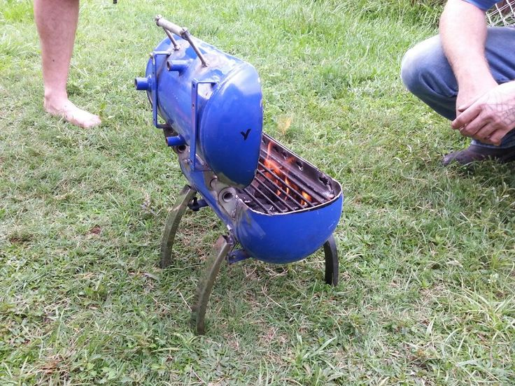 With a couple cuts and welds an old air compressor tank turned into a little grill