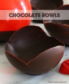 Chocolate Bowls - Tutorial Have you ever been to a restaurant and admired the dessert display? You might see something magnificent poured into a chocolate bowl like this.