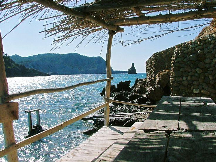 Benirras Beach. Visite: http://estantedeviagens.com.br/acampar-em-ibiza/