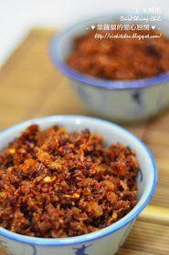 昨晚炒了两小碗的虾米辣椒,这个跟 之前 的有少许不同,之前的虾米是用磨碎机磨碎,虾米较幼细,炒好后口感较脆,这次我就用妈妈的传统方法来做,用研缽和研杵来捣碎虾米,这样的话口感就会比较干松。这个虾米辣椒就是今晚 香兰椰浆饭 的配料之一,原本还想煮个叁巴辣椒酱,不过真的力不从心了,因...