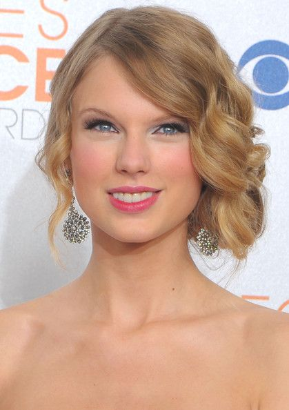 Taylor Swift's retro hairstyle would be great for a Gatsby or Vintage themed wedding! #bridalbeauty #weddinghair