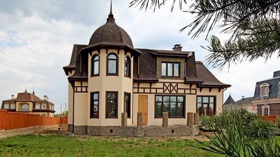 Фасад дома украшен башней