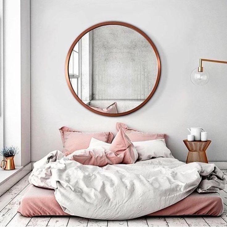 Pour les plus bohèmes d'entres nous.. le lit par terre, le miroir rond, les couleurs pastels, la couette confort : combo parfait !