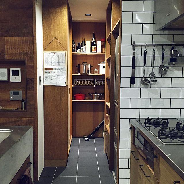 女性で、、家族住まいのタイルの床/食器 収納/パントリー内部/掃除機が・・・/タイルキッチン/プリント隠したい…などについてのインテリア実例を紹介。「パントリーの中は生活感満載です。でも、この立ち位置まで来ないと冷蔵庫より奥は見えなくなってるのでごちゃつき感は隠せてるかな?家電品用の棚と食器棚もこの中にあるので、キッチンがすっきり♡」(この写真は 2015-03-11 22:30:52 に共有されました)