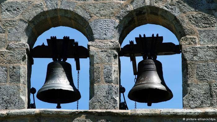 Paskalya çanı ve Paskalya çıngırağı Kutsal Pazar günü kilise çanları yüksek sesle çalarak dirilişi müjdeler. Katolik kiliseleri Kutsal Perşembe'de sessizliğe gömülürken, çocuklar tahta zırıltılarla sokakları dolaşıp inananları dua etmeye ve kiliseye ibadete çağırır.