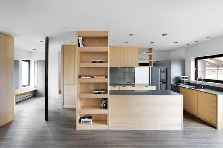 Je-li zapotřebí, ze vstupní haly vytvoří malou intimní místnost, nebo naopak propojí prostory s kuchyní a jídelnou a vytvoří tepající srdce domu.