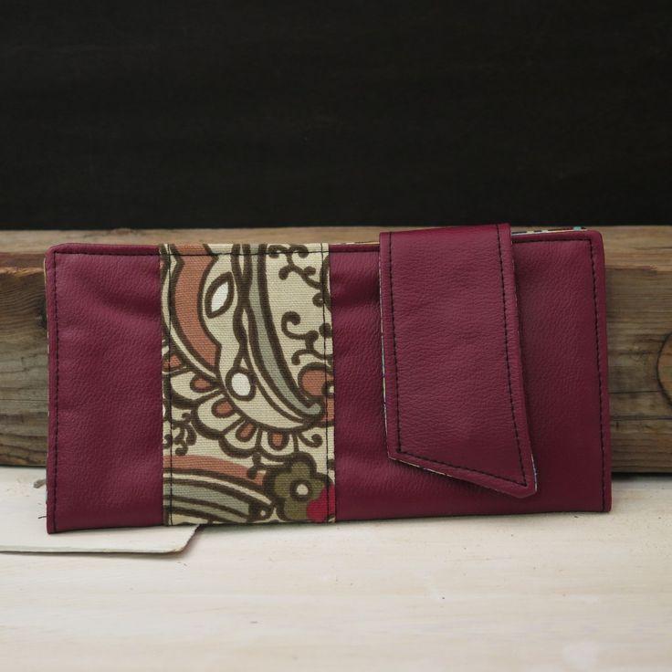 Porte-monnaie Unique fait à la main par Karine Homier. Tous différents, ils sont faits à partir de matériaux recyclés et retailles de tissus. Choisissez le vôtre et sortez du lot!Dimensions : 8 po par 4 po