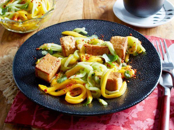 Unser beliebtes Rezept für Gebratener Tofu mit Gurken-Mango-Chili-Salat und mehr als 55.000 weitere kostenlose Rezepte auf LECKER.de.