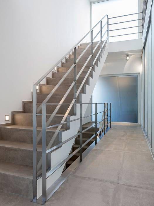 """Treppenaufgang """"zum Licht"""": minimalistischer Flur, Diele & Treppenhaus von Skandella Architektur Innenarchitektur"""
