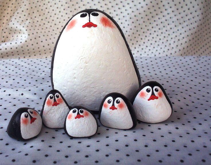 Rocas pintadas con colores de pinguinos! Encuentre estos productos en nuestra Linea de Productos Artisur http://www.gruposur.net/category/linea-artistica/