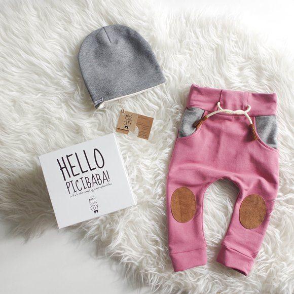 Pantalons und Mütze in einer Geschenkbox, malve farbige Pantalons mit braunem Fleck, mit graphitgrauem Taschem, mit grauer Mütze, Für Babys 0-3 und 3-6 Monate limitierte Menge #swiss #swissmom #swissboy #swissbaby #switzerland #schweiz #mommy #momlife #mum #mutti #kleider #kleidung #fashionbaby #fashionstyle #kidsfashion #kinder #kinderfashion #ministyle #coolkids #cutekids #herbst #newbeginnings #handmade #hungary #hungariandesigner #exclusivedesign #piciandthecity…