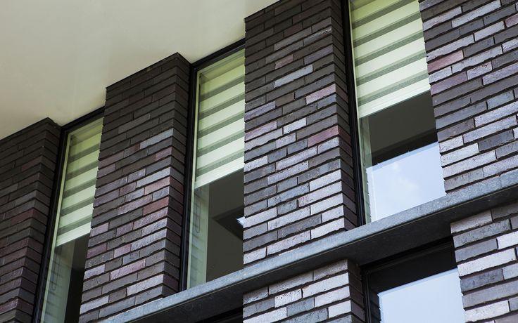 eigentijdse villa | Een hedendaagse interpretatie van een jaren dertig villa voorzien van een speels dak met grote overstekken en vlakke dakpannen. Deze ruime woning op De Scheifelaar heeft een fraaie entree en verticale abstracte raamstroken die een mooi gevelspel spelen.