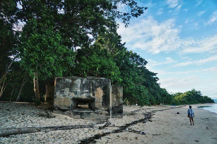 Setelah berkunjung ke Wasile Halmahera Timur sekarang saya jadi tahu kenapa sekutu lebih memilih untuk menyerang Jepang di Morotai daripada Halmahera pada tahun 1944 . Soalnya pertahanan Jepang di Halmahera ini akan terlalu sulit ditembus. Terbukti dengan keberadaan beberapa bunker pertahanan udara dan bunker senapan mesin yang bertebaran di Pantai Wasile Halmahera (seperti foto diatas) . Padahal Pantai Wasile ini salah satu pantai yang cocok untuk pendaratan pasukan dan peralatan tempur…
