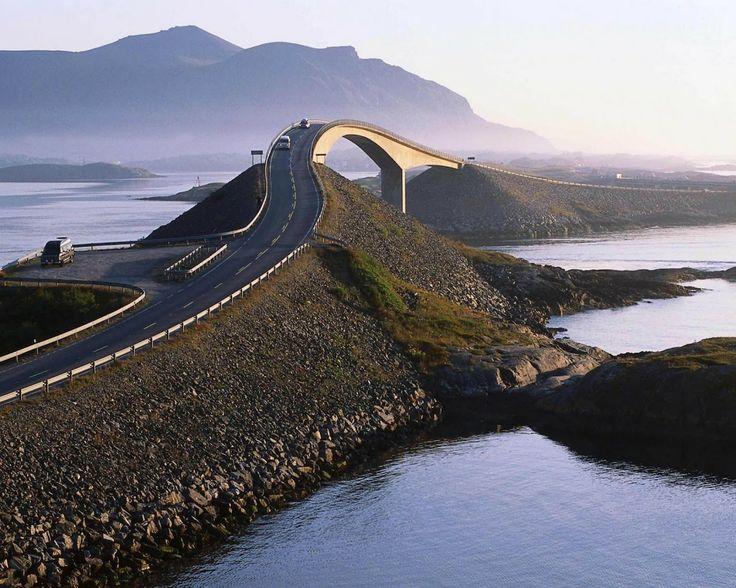 Atlantic Ocean Road en Noruega: Esta carretera tiene una longitud de 8.274 kilómetros y una anchura de 6,5 metros y  es realmente espectacular. Está construida sobre varias islas pequeñas e islotes, que están conectadas por calzadas, viaductos y ocho puentes.