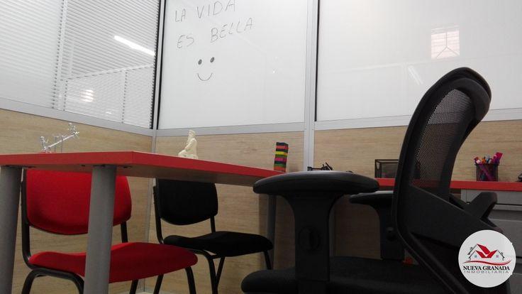 # 37 arriendo oficina con un puesto de trabajo, ubicada sobre la Avenida Universidad de Medellín, dotada de un escritorio con archivador, silla giratoria, 2 sillas interlocutoras, cuenta con sistema de sanblasting que sirve de pizarra y da privacidad, energía regulada, buena luz natural. Incluye baño para hombres y baño para mujeres, cocineta, sala de reuniones, sala de espera, Internet vía Wifi, servicios públicos de energía, acueducto y alcantarillado. Cerca Estaciones Metroplus Rosales.