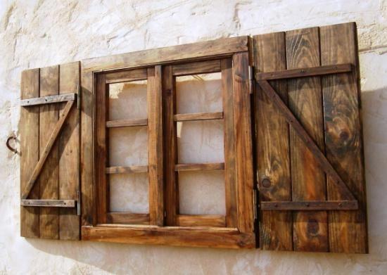 Ventana con contraventanas oscura con postigos  madera y hierro a mano... me encanta!