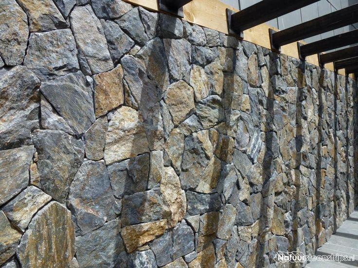 Natuurstenen muur voorzien van Rocks Akkron.