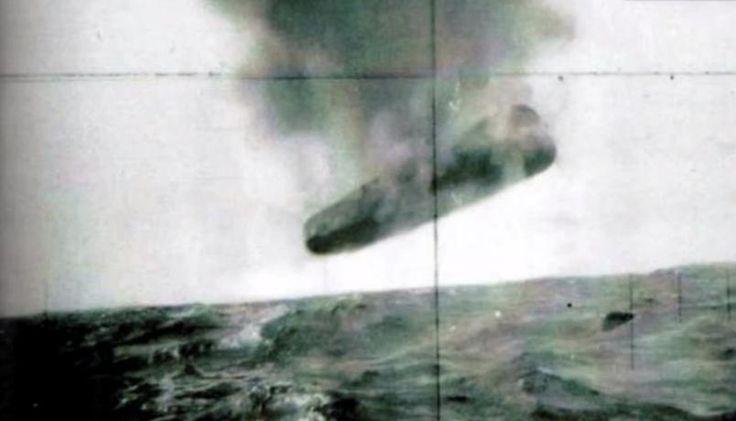 Sichtung des UFOs durch die USS Trepang SSN 674 im März 1971. Das Objekt aus größerer Entfernung in Längs-Ansicht dunkel rauchend.