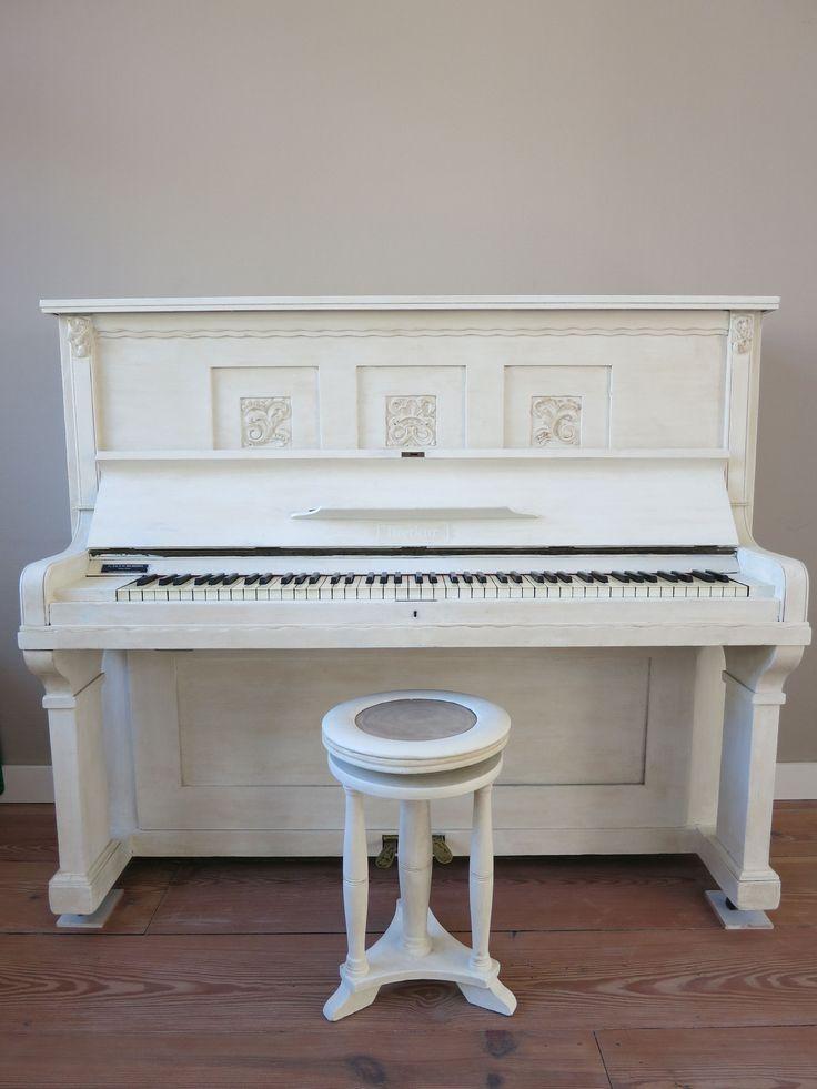 Beste mensen van de Annie Sloan Chalk Paint, Ik wilde onze bruine piano graag wit verven, maar durfde het niet helemaal aan. Na wat zoeken op Internet kwam ik de verf van Annie Sloan tegen. Na het lezen van de website en het bekijken van de filmpjes was ik om: dit durfde ik wel aan. Ik heb de piano geverfd met de kleur Old White en gebruik gemaakt van de dark wax en de clear wax, en het resultaat is echt super geworden!