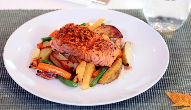 Høstens grønnsaker blir i denne oppskriften bakt i stekeovnen med gode smaker. En perfekt match til krydderstekt laks.
