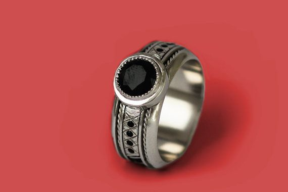 Este único anillo de compromiso para hombres destila estilo y sofisticación, es para alguien que tiene una declaración (especialmente para los