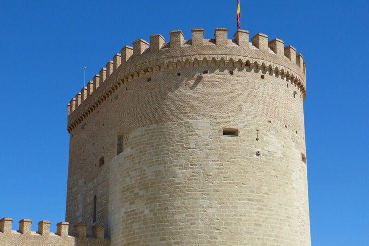 Torre homenaje del castillo de Arévalo (Ávila). La estructura de la torre vigía inicial quedó incluida dentro de ésta, y se puede observar tanto en el interior como en el exterior. En el siglo XII se acometió la primera transformación en estilo románico, pero más que castillo siguió siendo una torre fortaleza, que constituye la actual torre del homenaje, semicircular y de corte morisco.
