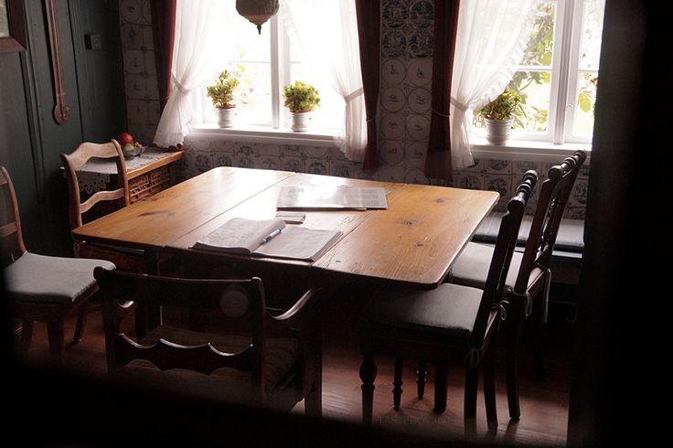 Öömrang Hüs Amrum Nebel Esszimmer Esstisch innen dunkel / dark and moody Amrum cozy dining room photo
