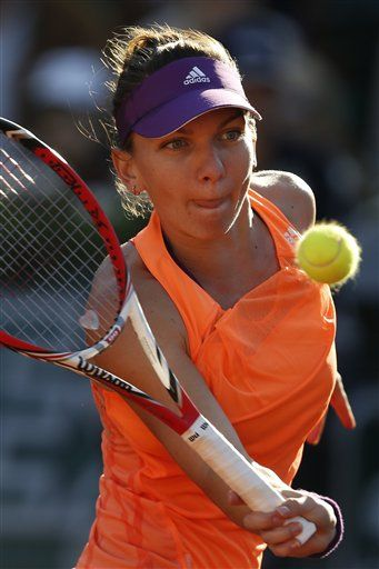 Romania's Simona Halep returns the ball during the semifinal match of the French Open tennis tournament against Germany's Andrea Petkovic at the Roland Garros stadium, June 5, 2014. Halep won in two sets 6-2, 7-6. (AP Photo/Darko Vojinovic) ▼6Jun2014AP|5 things to look for in French Open women's final http://bigstory.ap.org/article/5-things-look-french-open-womens-final #Simona_Halep #Andrea_Petkovic #French_Open #Internationaux_de_France_de_tennis #Torneo_de_Roland_Garros